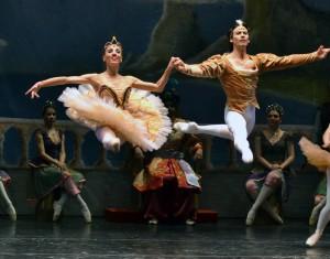 """Herman Cornejo en """"La Bayadera"""", junto a la bella Luciana París, y el Ballet del Conocimiento de Misiones, en su actuación en 2013. Foto: Gentileza Ballet del Conocimiento."""