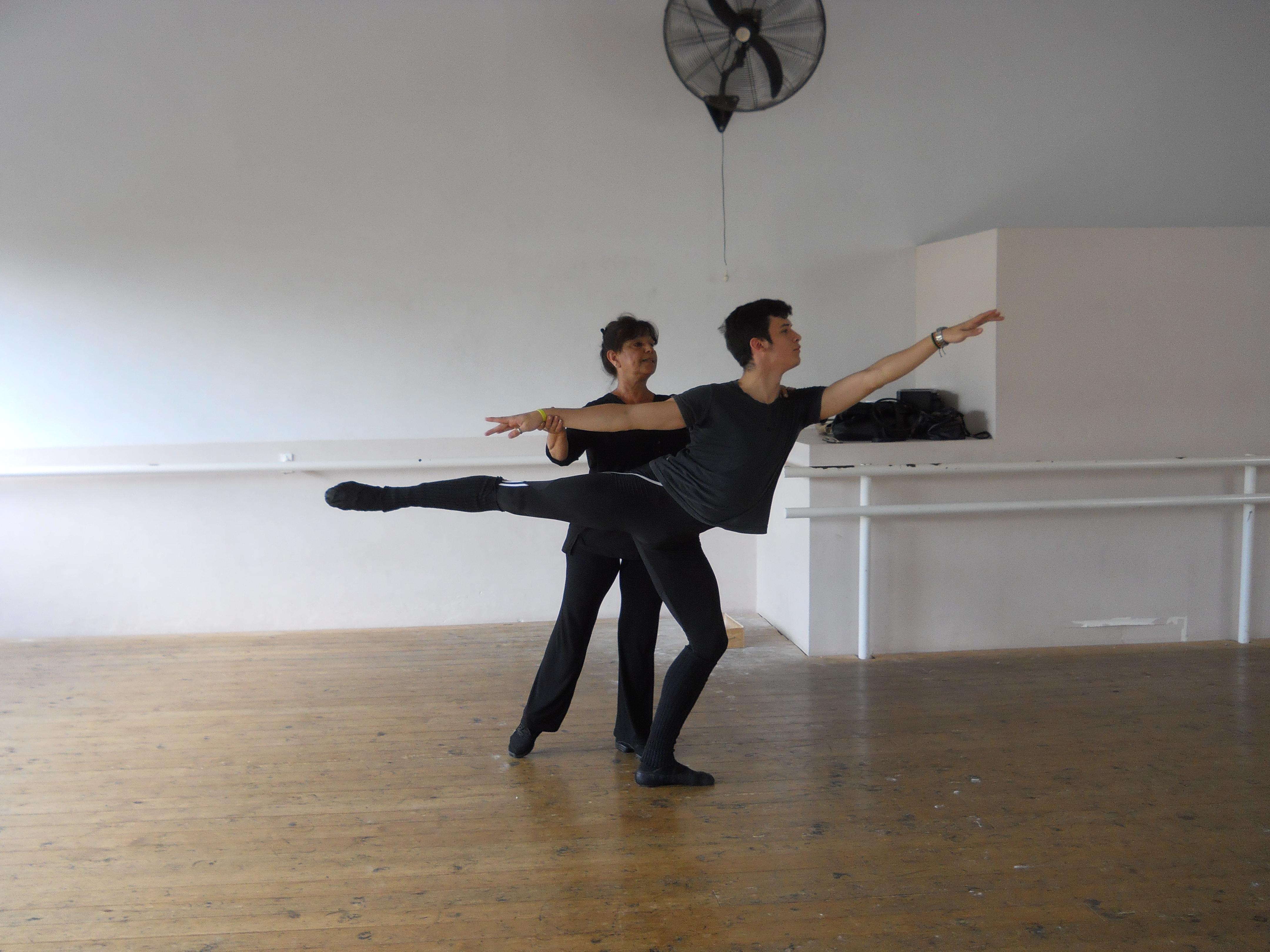 """Ciro, ensayando junto a su maestra Raquel Rosetti. Trabajo y disciplina, sus """"secretos"""" para el éxito. Foto: Gentileza Ciro Mansilla."""