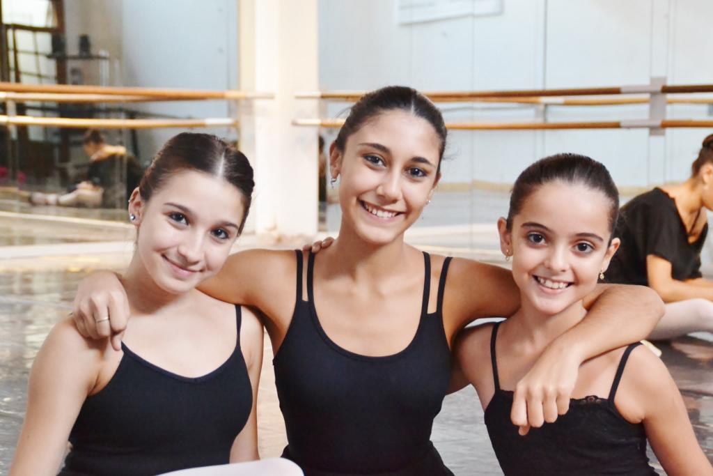 Amigas. Jazmín Gude Alonso, Rocío Agüero, y Paloma Ramírez, antes de clase en Arte XXI, con su querida maestra Katty Gallo. Foto: REVOL.