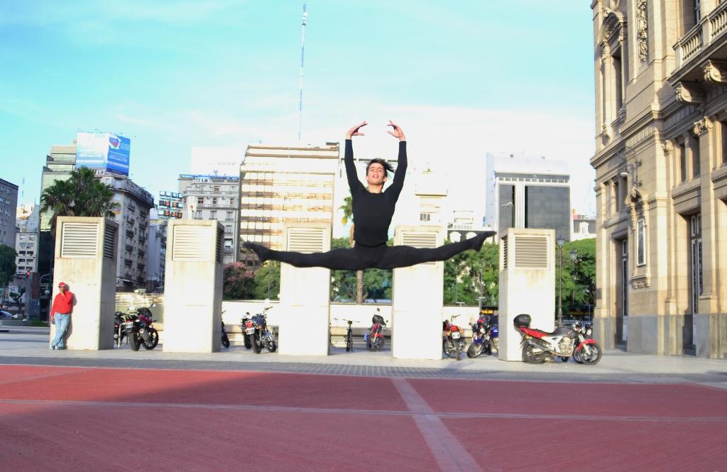 Luciano Perotto decidió ser bailarín por las posibilidades de transmitir emociones. Foto: REVOL.