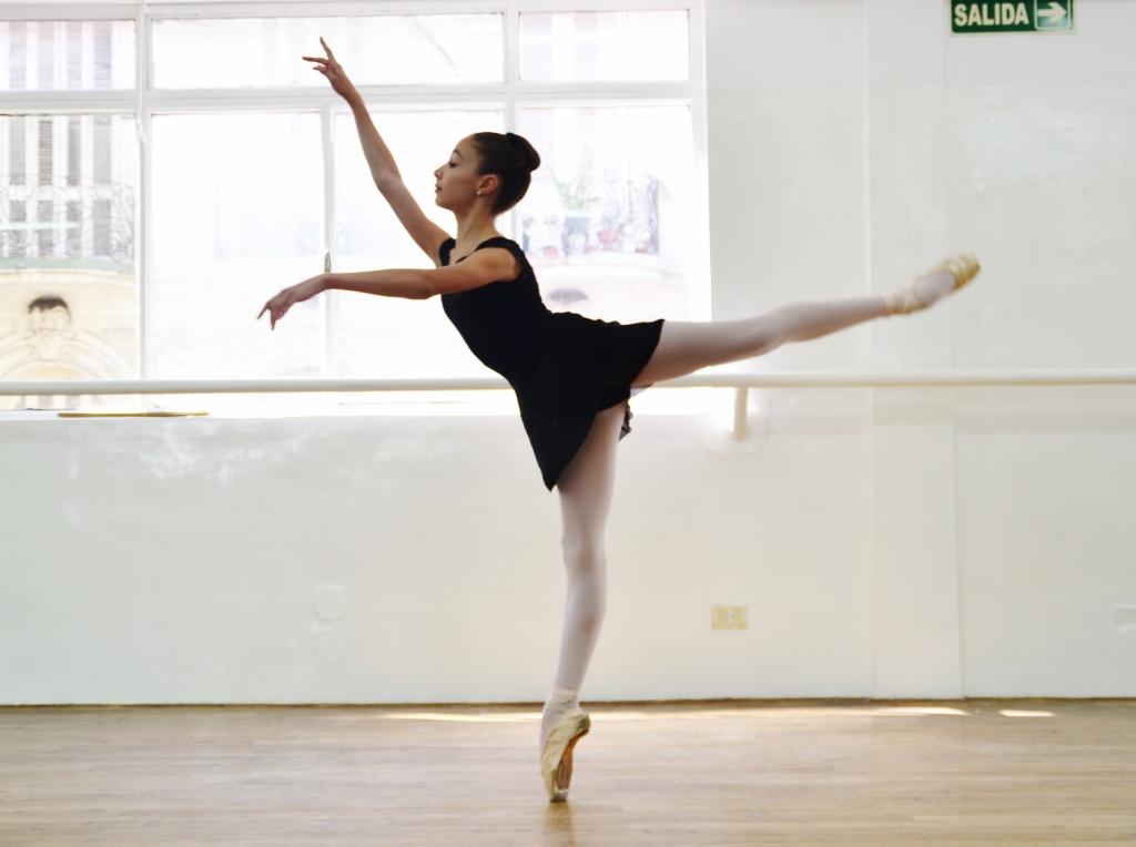 """""""Piqué arabesque"""". Vicky asegura que lo más le apasiona es bailar en el escenario. Foto: REVOL."""