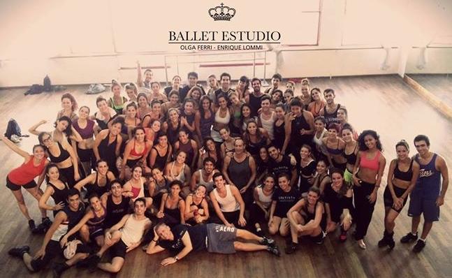 Los numerosos participantes de los cursos de Gustavo Zajac, en el Estudio de Olga Ferri y Enrique Lommi, dirigido por Marisa Ferri, en Buenos Aires. Foto: Ballet Estudio Olga Ferri y Enrique Lommi.