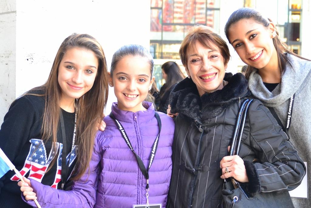 Jazmín Gude Alonso, Paloma Ramírez y Rocío Agüero, con su maestra Katty Gallo. Foto: REVOL.