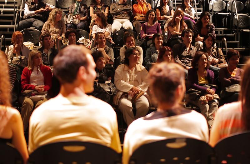 Luego de cada obra, los artistas se quedan conversando con el público. Foto: Gentileza.