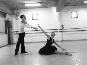 """Nina Zaera junto a Cecilia Mengelle, ensayando """"La muerte del cisne"""". Foto: Leo Reale."""