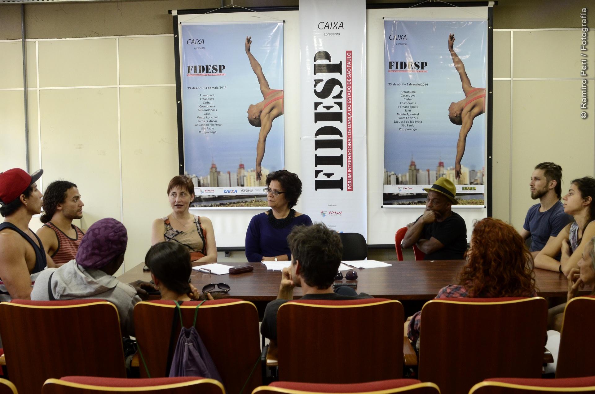 En una mesa, en el Foro Internacional de Danza de San Pablo, la primera salida internacional de la CNDC. Foto: Ramiro Peri.
