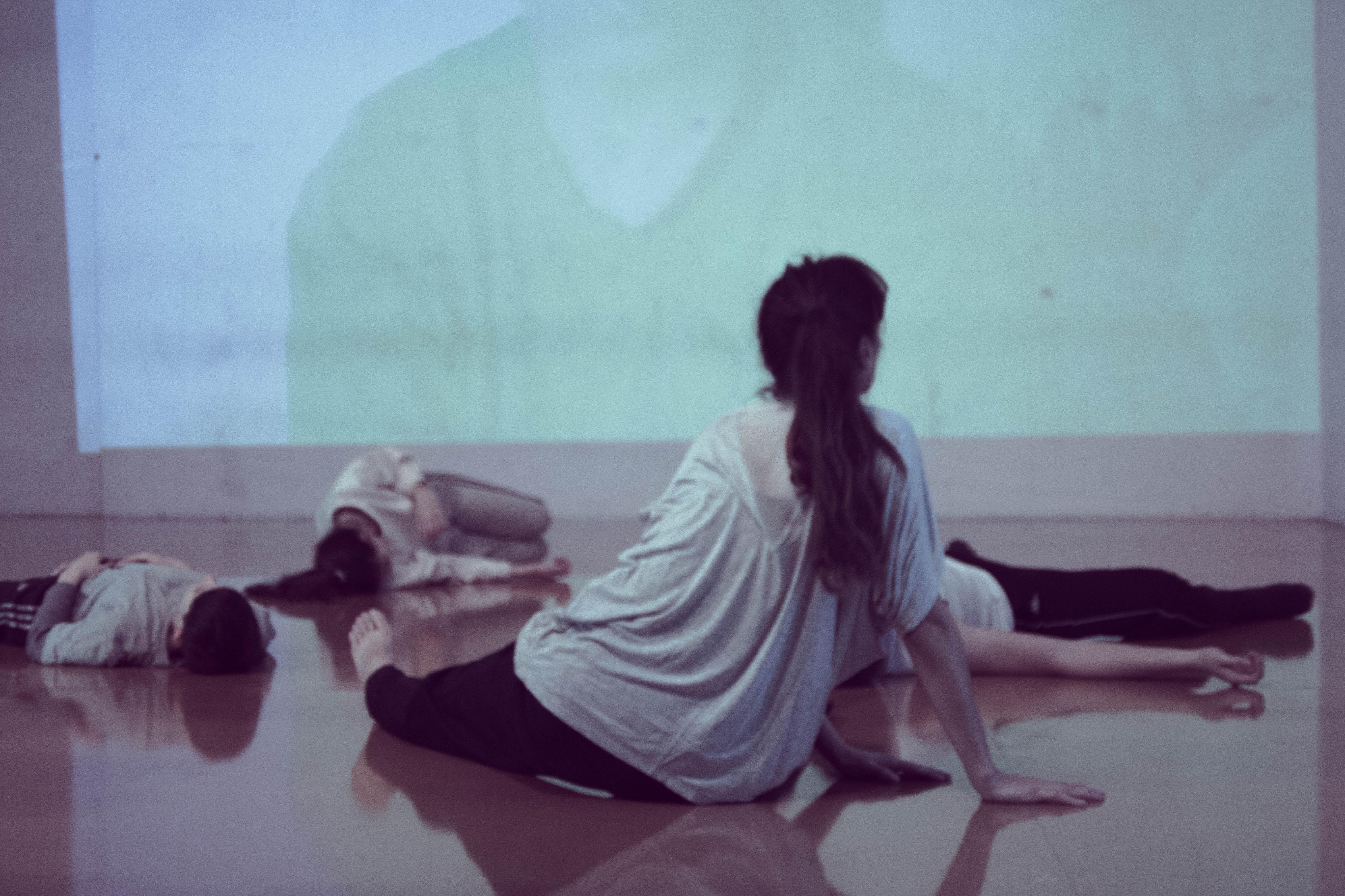 Los bailarines, siempre a la expectativa de lo que suceda a cada instante. Foto: Gentileza Andrea Saltiel.