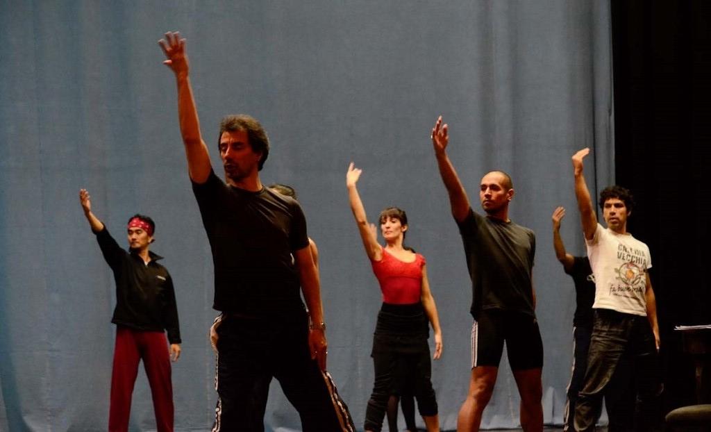 """Ricardo Alfonso junto al Ballet, en pleno ensayo de """"Estrofas al viento"""". Foto: Gentileza Ballet del Sur."""