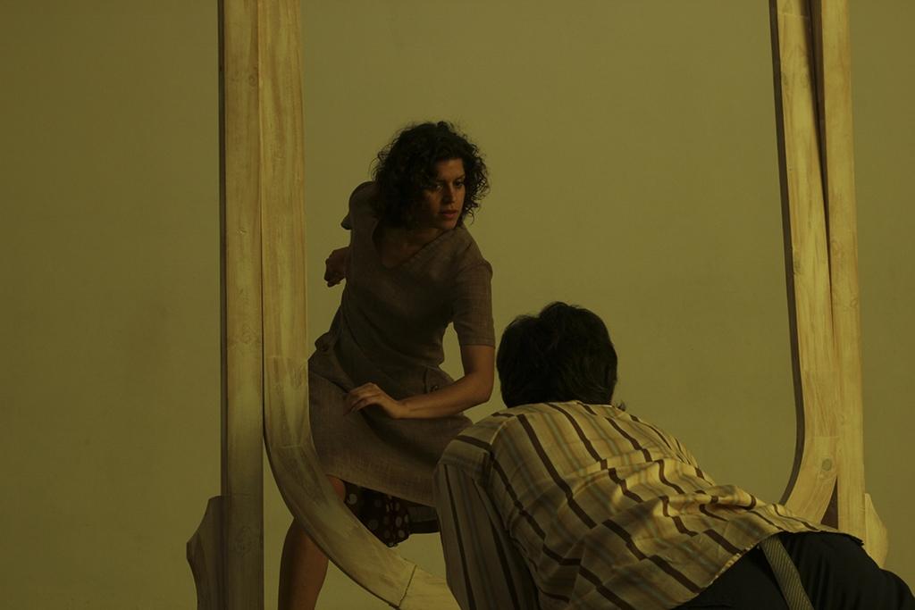 """Sonia encarna las ensoñaciones, los miedos del hombre en """"Formas inconstantes"""". Foto: Gerardo Azar."""