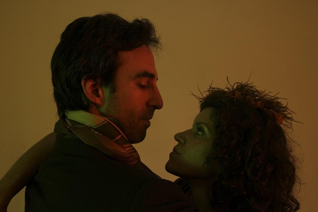 Un encuentro amoroso y furtivo, de un hombre con sus sombras, que son sus sueños, sus amores, sus frustraciones. Foto: Gerardo Azar.