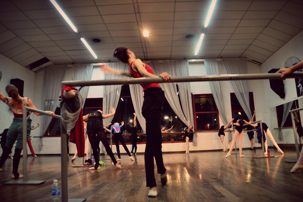 Para Gisela es importante cuidar la técnica y que los chicos entiendan también el valor de una interpretación para que la danza sea arte. Foto: REVOL.