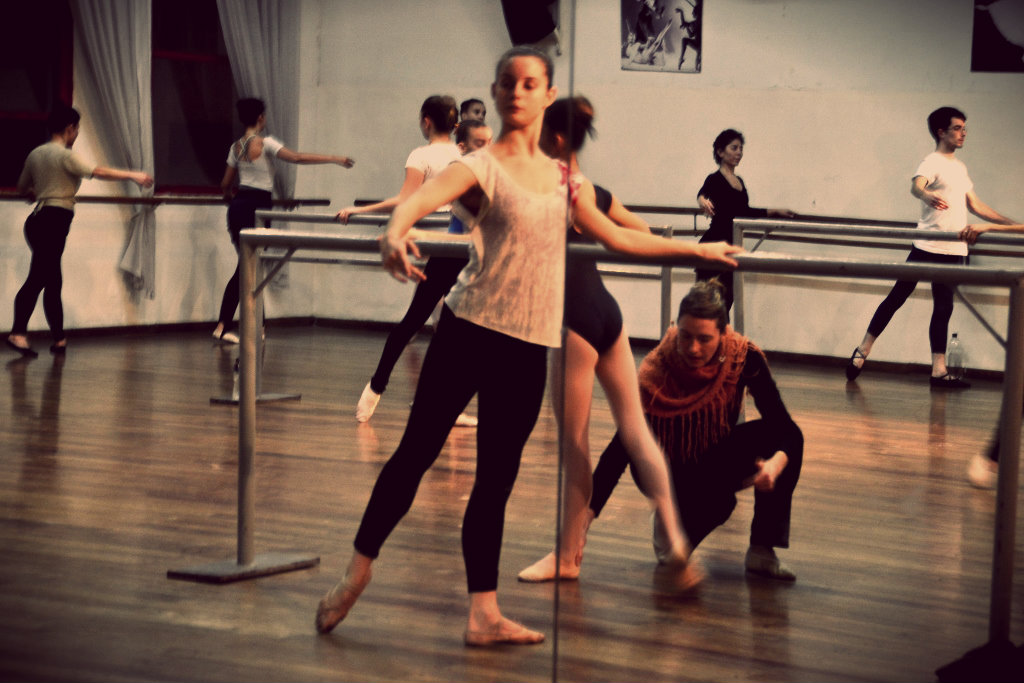 Gisela Munch hace un trabajo personalizado y muy comprometido como docente de los futuros bailarines. Foto: REVOL.