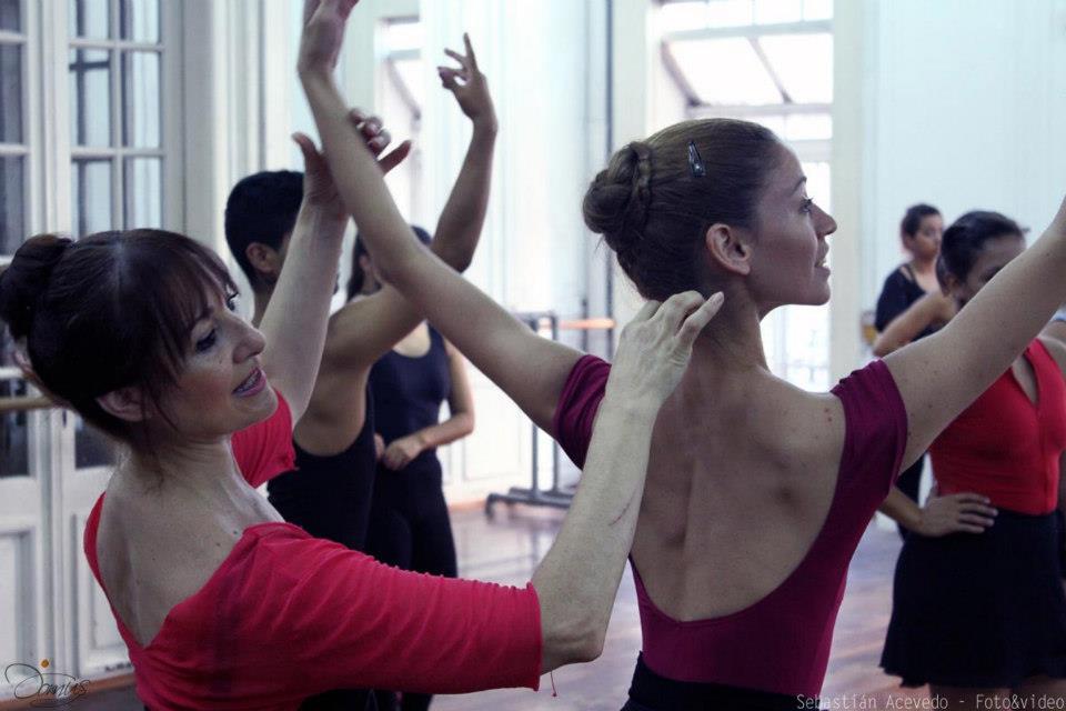 Nadia Freedom, enseña desde la proyección del cuerpo para lograr una figura longilínea y armoniosa. Foto: Sebastián Acevedo.