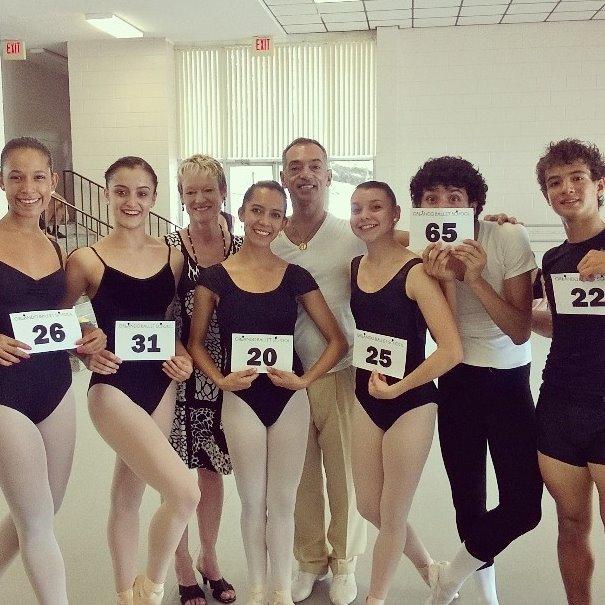 Daiana Alvarez, junto a sus compañeros, luego de ser elegida por audición para integrar la compañía del Orlando Ballet II. Foto: Gentileza Daiana Alvarez.