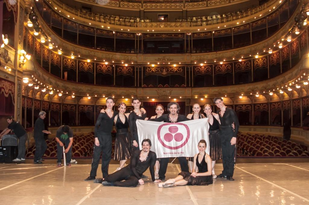 """En Córdoba, el BMBA con la bandera de """"Danzar por la Paz"""". Foto: Carlos Villamayor."""
