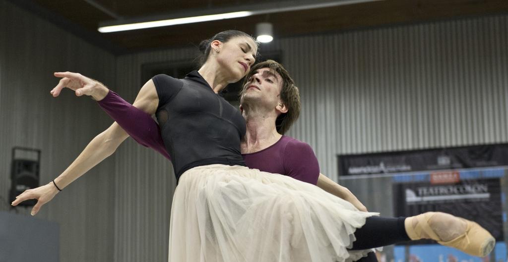 """Paloma Herrera y Juan Pablo Ledo, ensayando """"Giselle"""", en el Teatro Colón. Foto: Máximo Parpagnoli."""