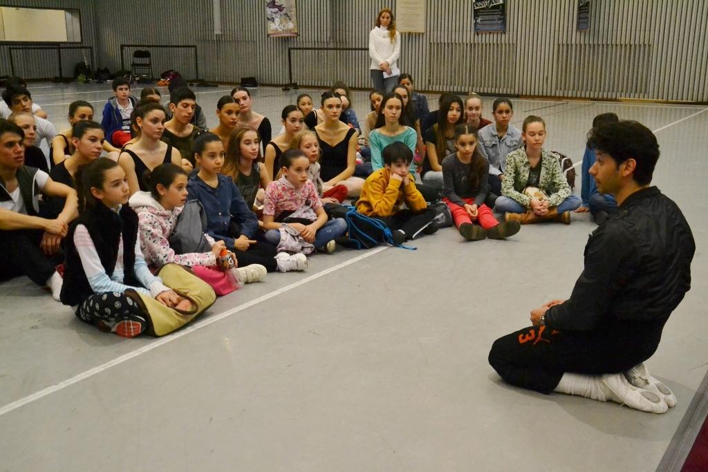 Herman Cornejo, en charla con los futuros bailarines del Teatro Colón. Foto: REVOL.