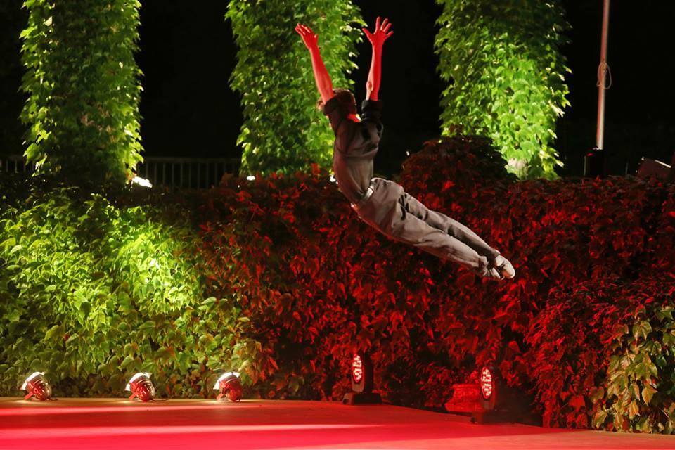 Nicolai Gorodiskii en el difícil escenario de Varna. Aquí, vuela en la milonga que le coreografió el Maestro Marcelo Antelo. Foto: Gentileza Nicolai Gorodiskii.