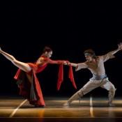 """Victoria Mazari, junto a Leonardo Reale, protagonizando """"Pañuelos al viento"""", en el marco de la Gira Nacional 2014 del Ballet Metropolitano de Buenos Aires. Foto: Carlos Villamayor."""