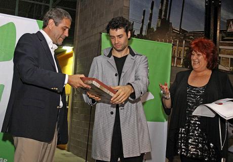 El Intendente Ferraresi y el bailarín Iñaki Urlezaga le entregan a Elena de la Serna la placa que indica que la Escuela Municipal llevará su nombre. Foto: La Noticia Sur.
