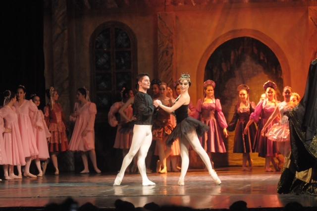 Una de las grandes muestras de la Escuela Municipal de Avellaneda, con Martín Quintana entre los bailarines. Foto: Gentileza.