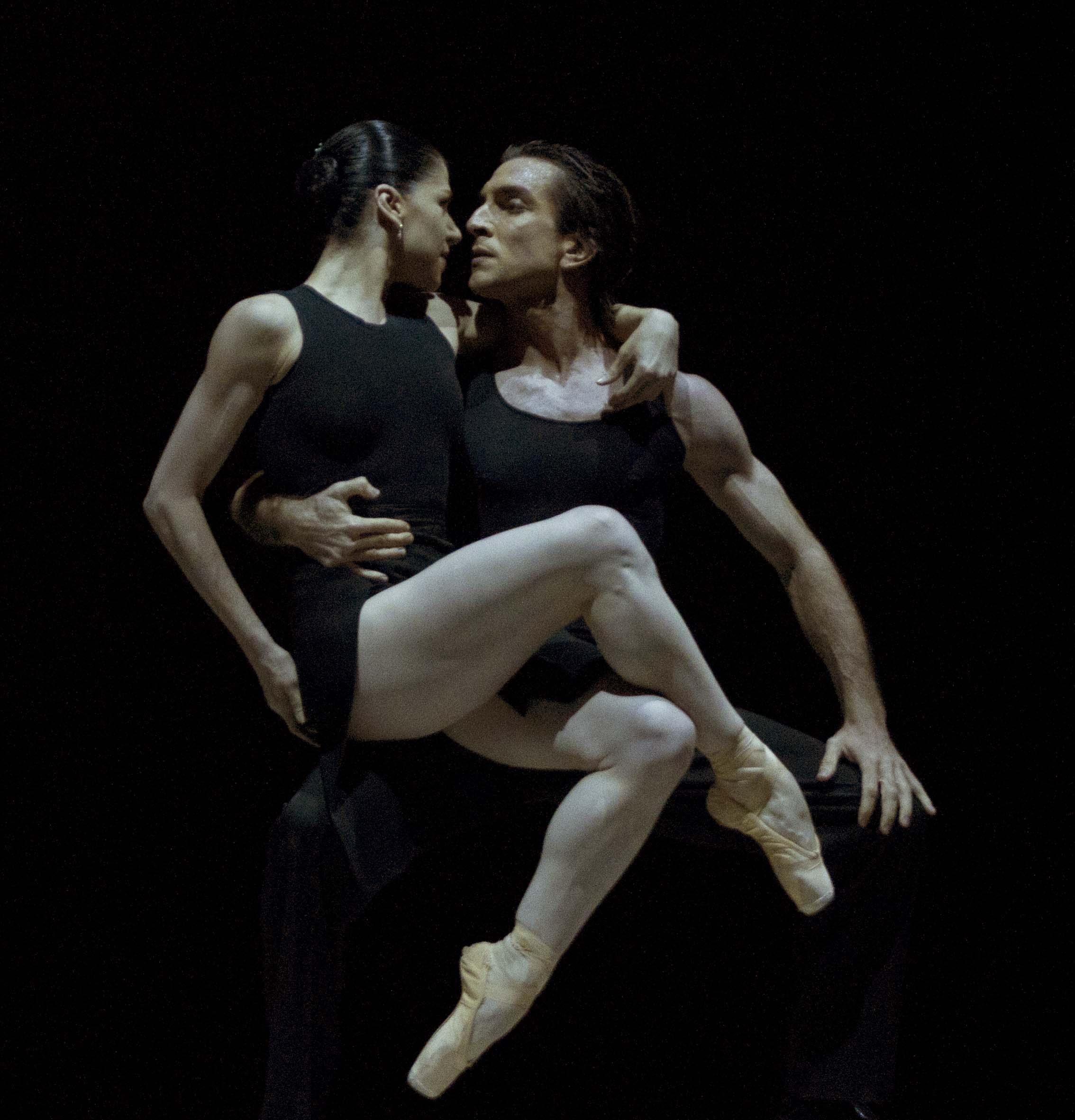"""Paloma Herrera y Juan Pablo Ledo, en """"Verano Porteño"""", con coeografía de Wainrot y música de Piazzolla. Foto: Alicia Sanguinetti."""