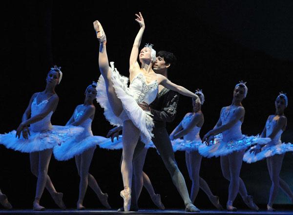 """Julieta Paul y Bautista Parada, figuras del Ballet del Teatro Argentino, en """"El Lago de los Cisnes"""", en reposición de Streiff y versión de Mario Galizzi. Foto: Guillermo Genitti."""