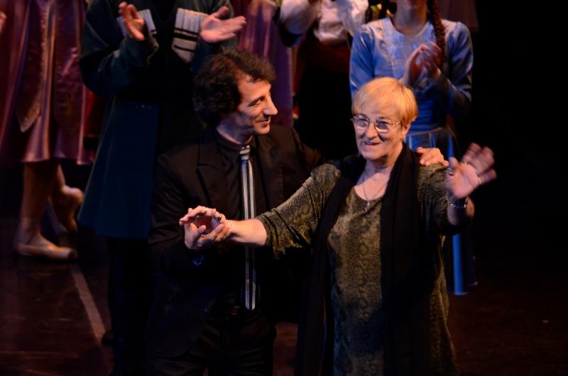 Ricardo Alfonso, junto a la gran Violeta Janeiro, en el escenario del Teatro Municipal de Bahía Blanca en diciembre de 2014. Foto: Gentileza Ricardo Alfonso.