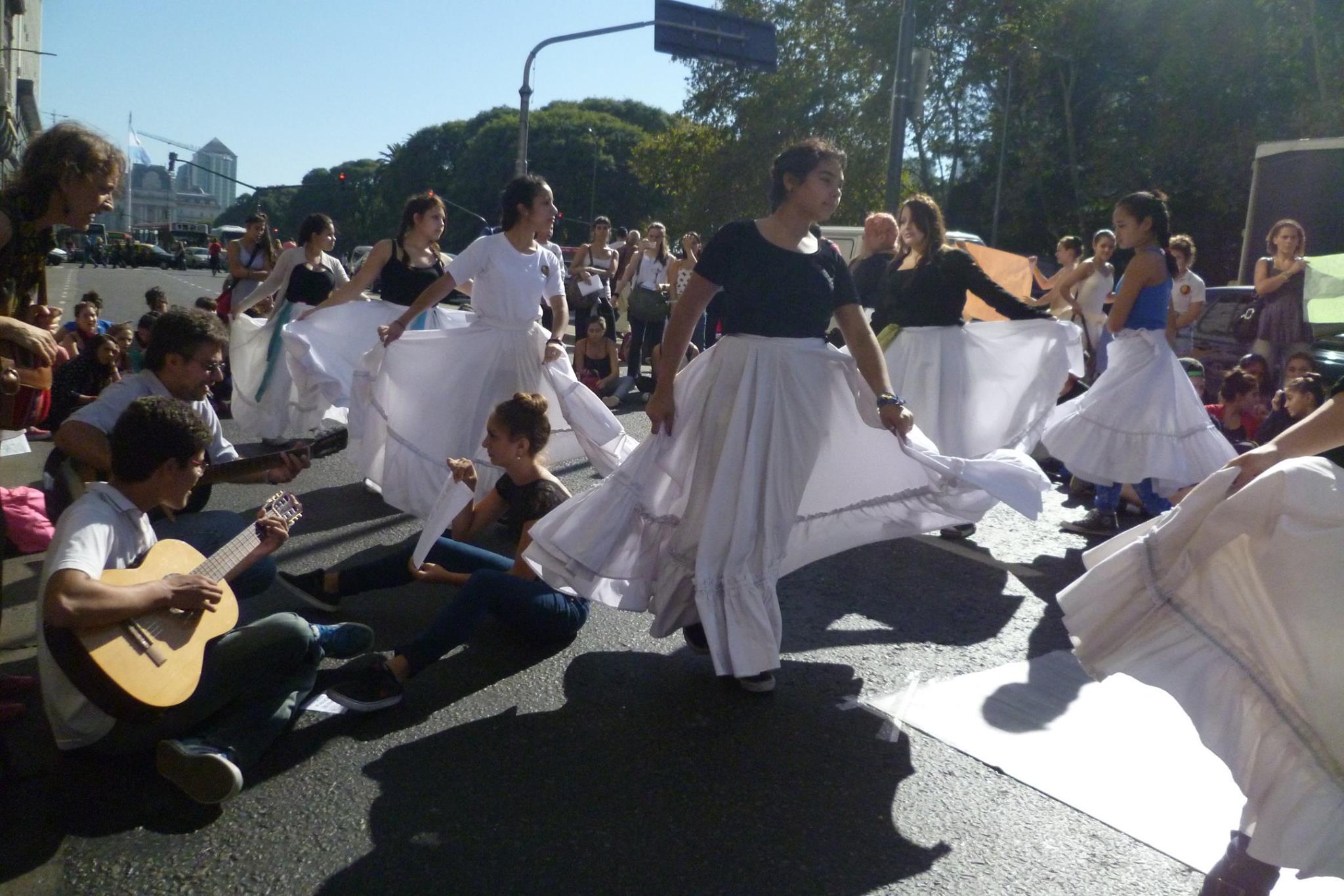 """Manifestación danzada, por parte de alumnos y profesores de la Escuela de Danzas """"Aída Mastrazzi"""". Foto: Gentileza Romina Mancini."""