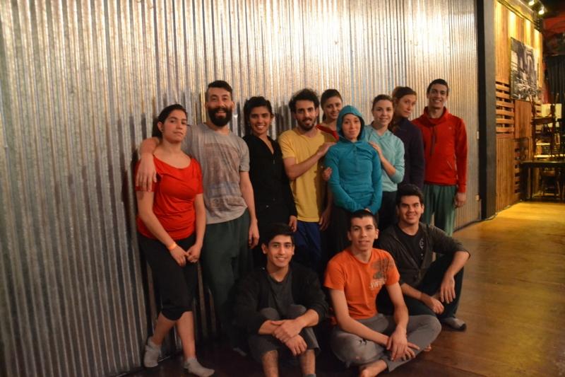 Los integrantes de Cuarto Intermedio Danza Experimental, junto a Daniel Payero Zaragoza. Foto: Revol.