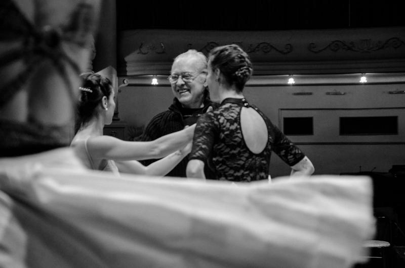 """""""Cenicienta"""", en ensayo con Rodolfo Lastra. Foto: Gentileza OAS/Ballet del Sur."""