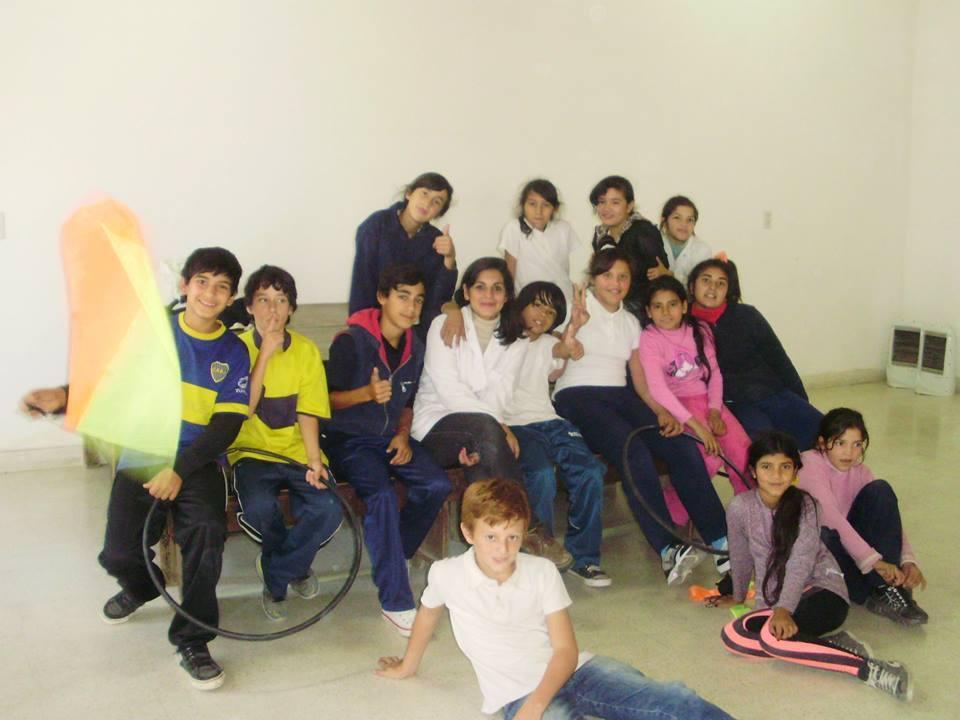 Florencia Larrosa, con sus alumnos. Foto: Gentileza Florencia Larrosa.