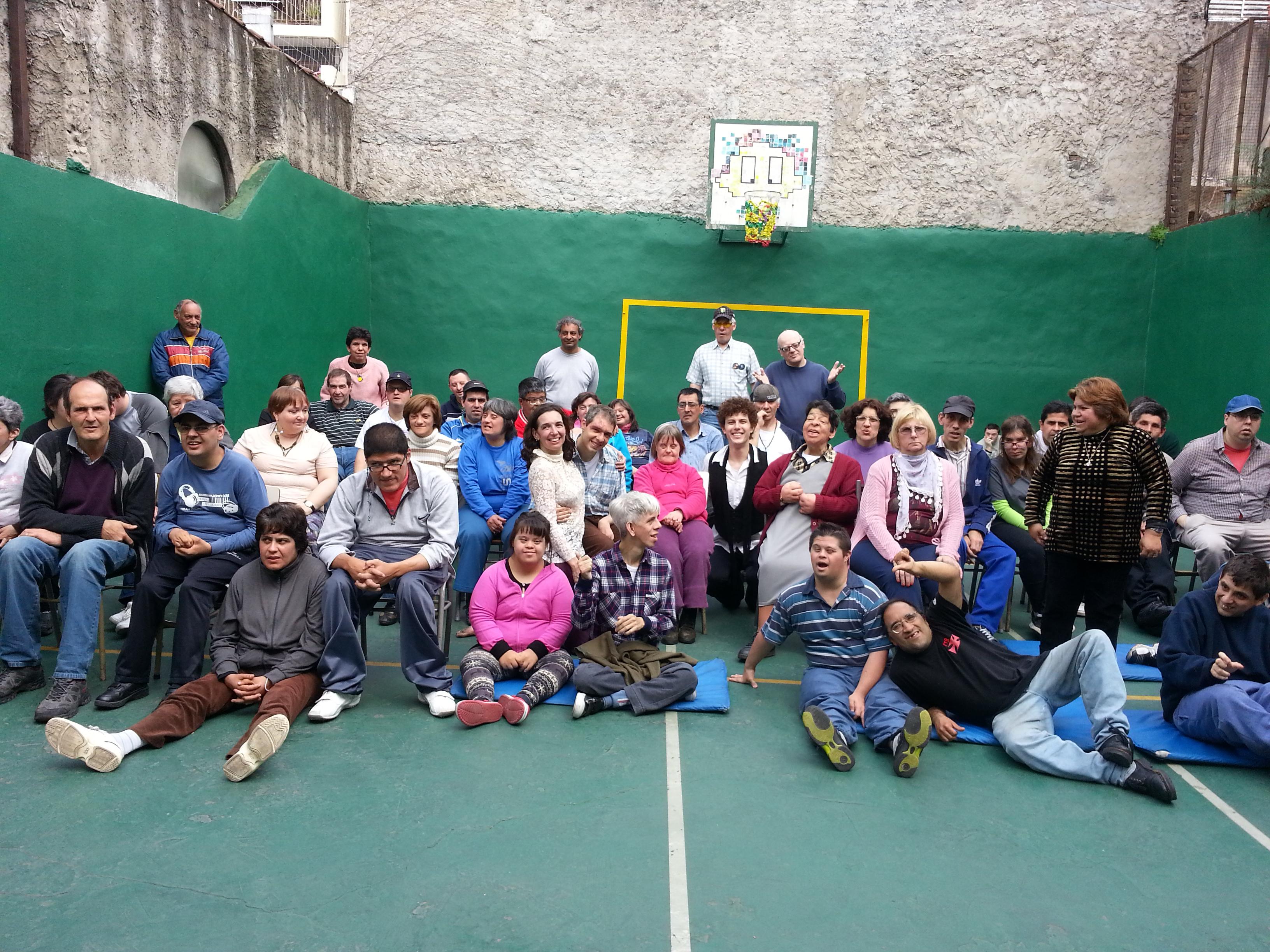 Gabriela Demonte, con alumnos de la escuela IRTE. Foto: Gentileza Gabriela Demonte.