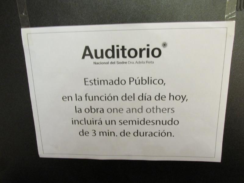 Protegiendo a todos los públicos, una advertencia antes de entrar a la sala. Foto: Laura Chertkoff.