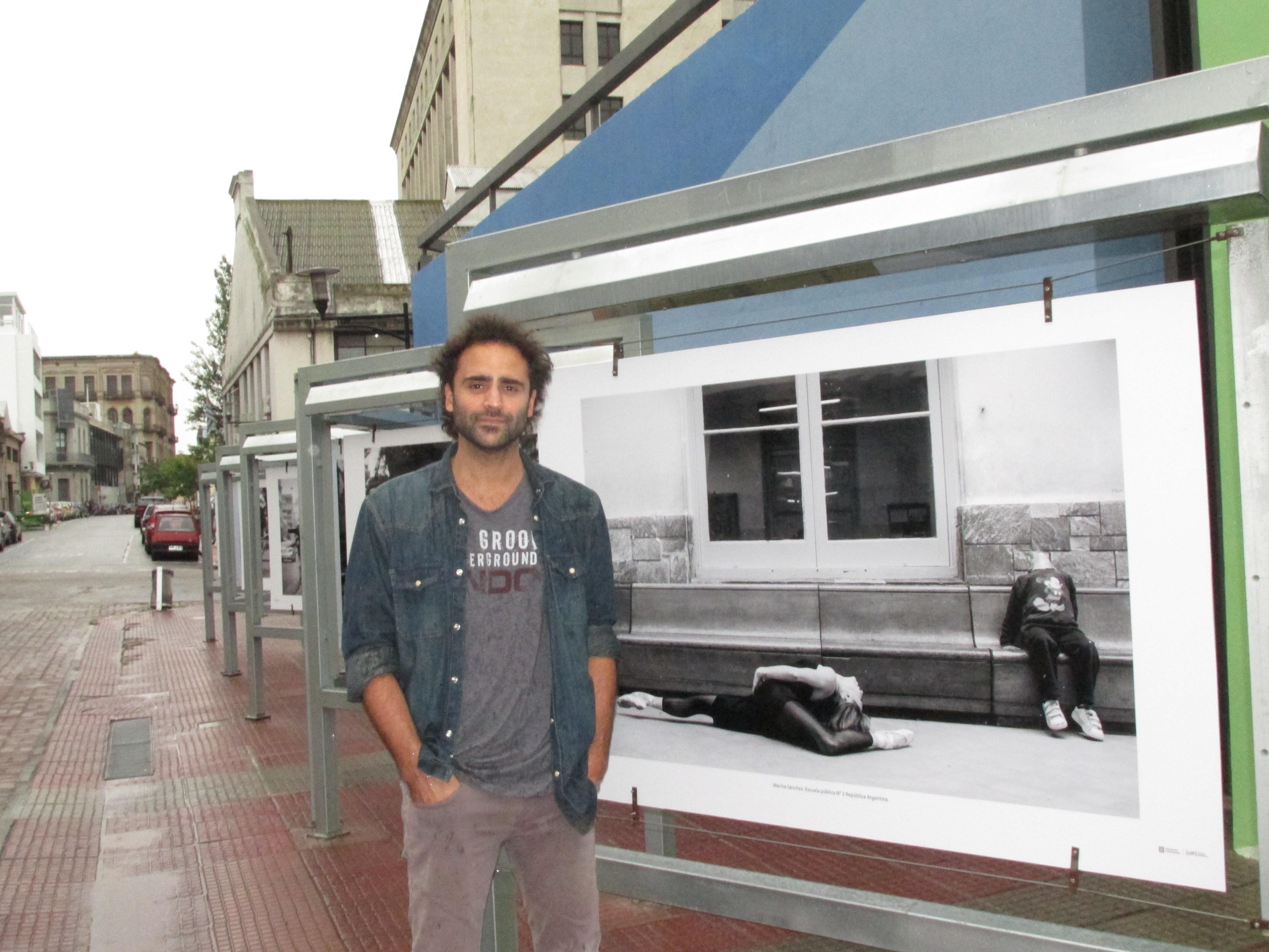 Santiago, junto a la fotogalería. Foto: Laura Chertkoff.