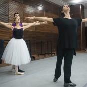 Maricel, ensaya junto a Melisa Heredia y Paulo Osorio Marcilio, una de las parejas a encarnar a Giselle y a Albrecht. Foto: Guillermo Genitti.