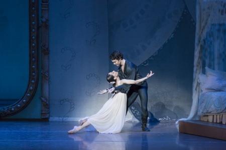 """Erica Cornejo y Paulo Arrais, en """"Oneguin"""" de Cranko. Foto: Liza Voll."""