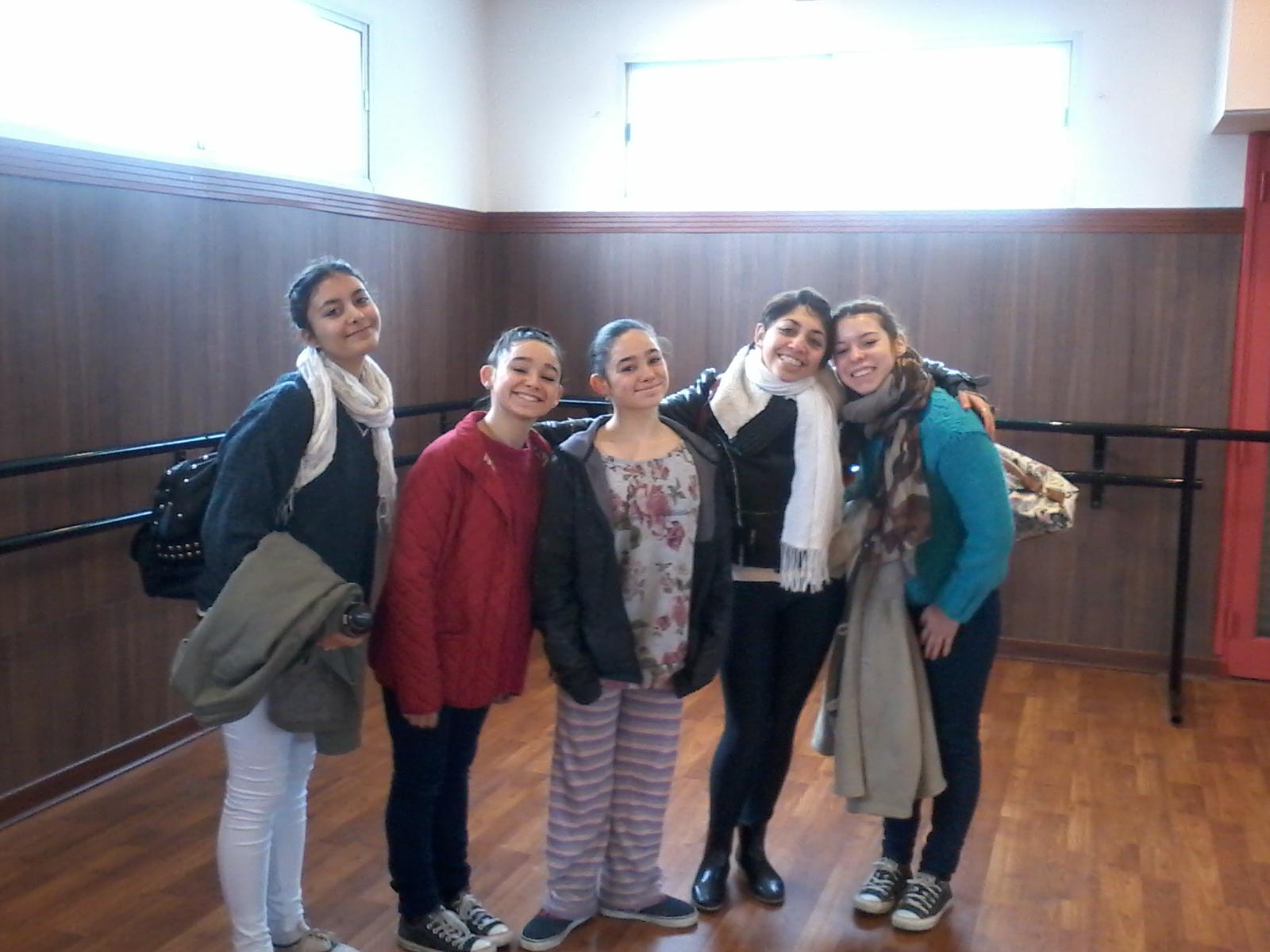 Las cinco bellas ganadoras de una beca junto a Montserrath Otegui en Mar del Plata.